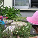 花を摘むうめ子