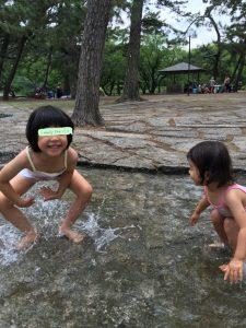 水遊びをするもも子とうめ子