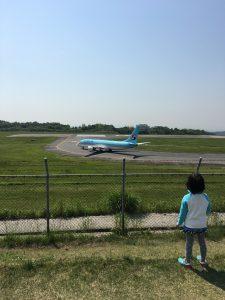 離陸前の飛行機とうめ子