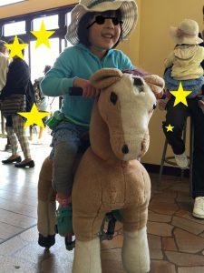 乗馬!?馬の人形に乗るもも子