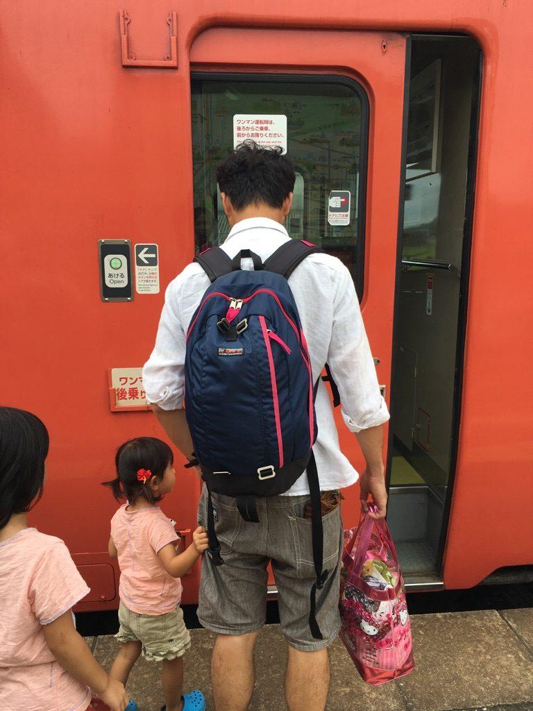 電車に乗る旦那と子ども
