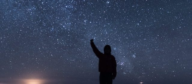 星空を見上げる人